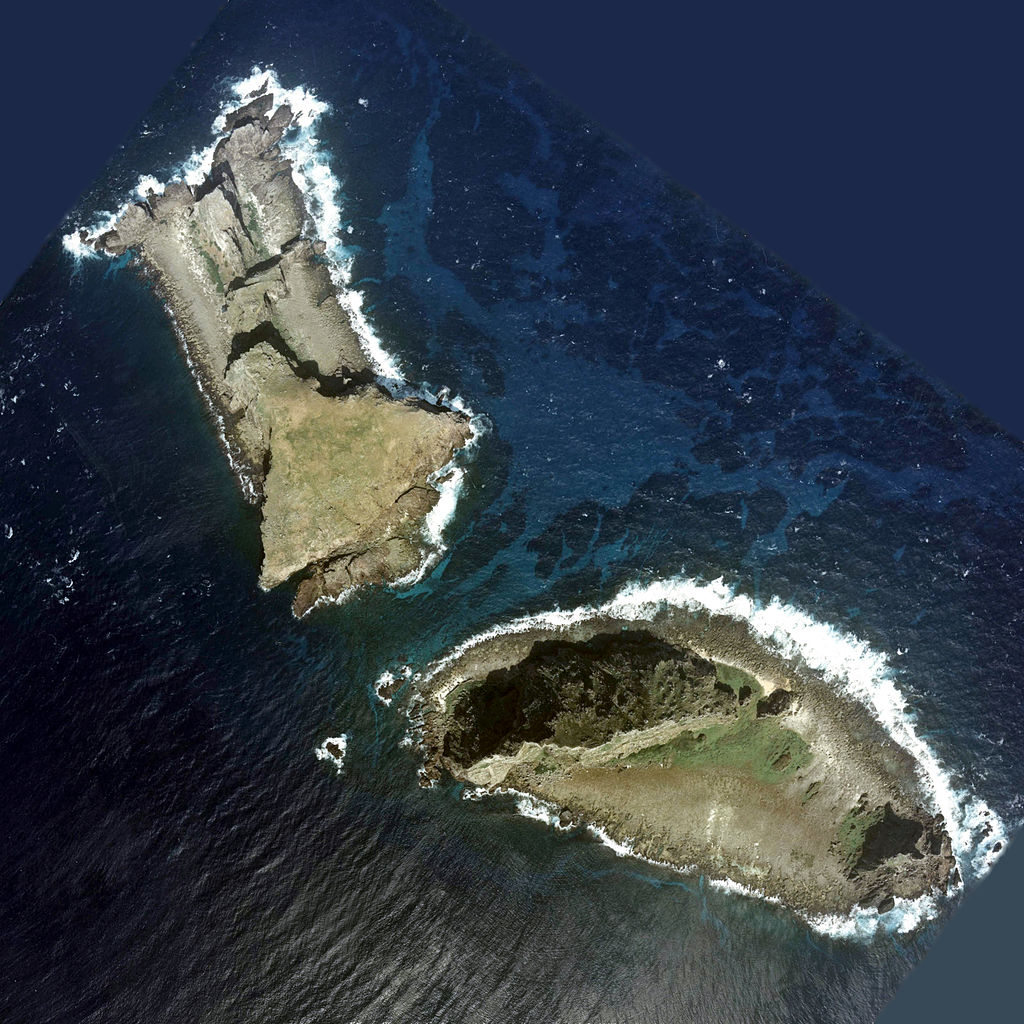 Aerial photo of Kita-kojima (北小島)/Běi Xiǎodǎo (北小島/北小岛) and Minami-kojima (南小島)/Nán Xiǎodǎo (南小島/南小岛), two major parts of the Senkaku/Diaoyu Islands disputed between Japan, China, and Taiwan