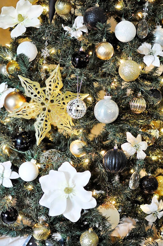 Black, white & gold modern & chic holiday decor. For more DIY decor ideas, head over to monicawantsit.com