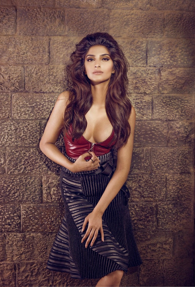 bollywood pictures: Sonam kapoor hanging boobs