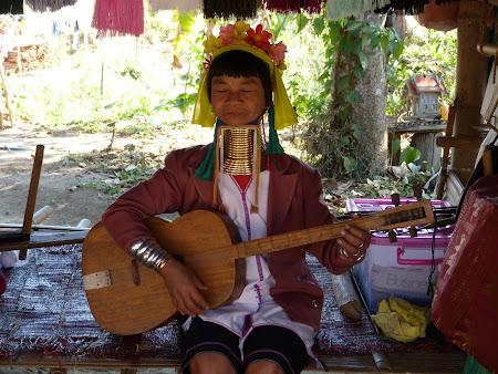 Femeie cu gatul lung Thailanda din tribul Karen