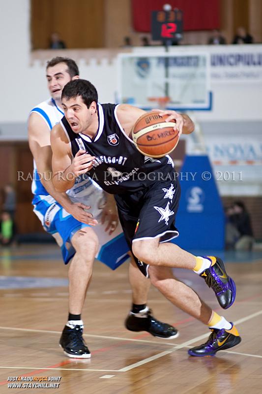 Vladimir Mijovic incearca sa treaca de Flavius Lapuste in timpul  partidei dintre BC Mures Tirgu Mures si U Mobitelco Cluj-Napoca din cadrul etapei a sasea la baschet masculin, disputat in data de 3 noiembrie 2011 in Sala Sporturilor din Tirgu Mures.
