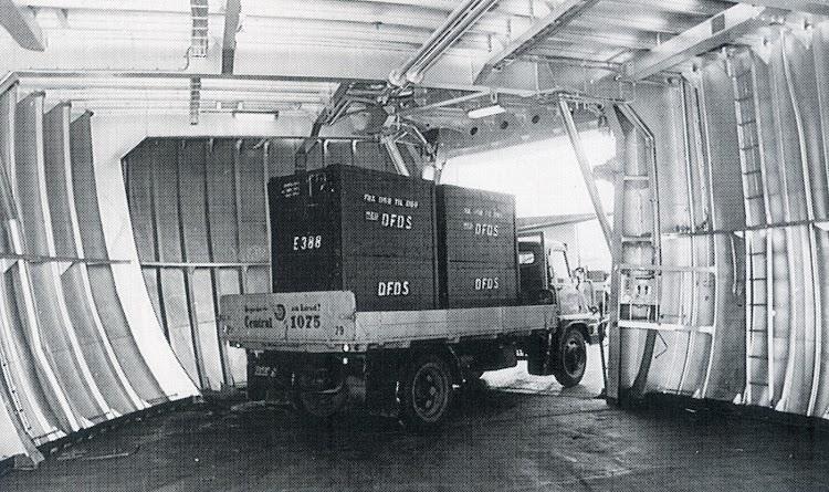 Cubierta de trailers del ROLLINGEN, con una de las portas laterales originales. Foto del libro DFDS 1866-1991.jpg