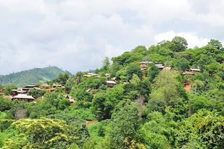 Hill Tribes Thailanda: Peisaj cu casele pe munte din satul Akha