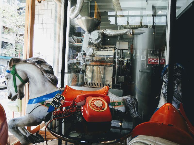 NOTCH 咖啡工場館內旋轉木馬與咖啡烘焙機.jpg