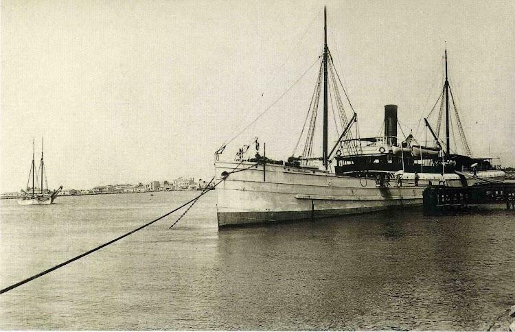 El vapor TORREBLANCA atracado en el puerto de Castelló. Foto José Prades. Foto del libro RUMBO AL PROGRSO. EL PUERTO DE CASTELLO A TREVES DE LA HISTORIA.jpg