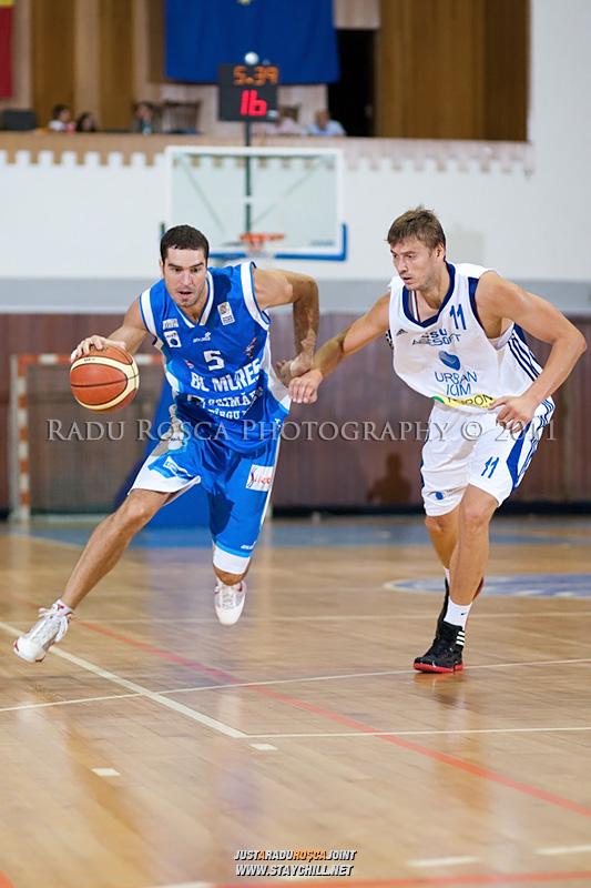 Liviu Dumitru (albastru), incearca sa treaca de Drasko Albijanic, in meciul dintre CSU Asesoft Ploiesti si BC Mures Tirgu Mures din cadrul turneului amical Mures Cup, disputat joi, 8 septembrie 2011 in Sala Sporturilor din Tirgu Mures