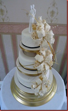 3-tier-separated-tiers-with-lillies,roes-and-bride-and-groom-wedding-cake