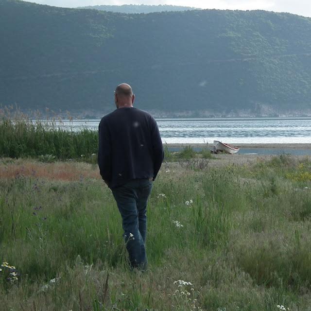 רוני - פלדמן על שפת אגם פרספה.jpg