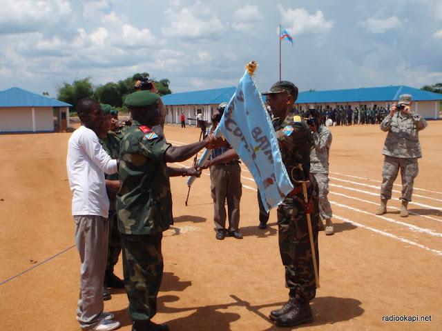 Lé général JC Kifwa remet un baton de commandement au major Sasa Nzita