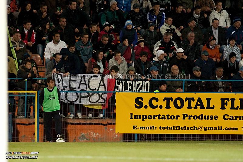 Suporterii rapidisti afiseaza un mesaj anti Copos in timpul meciului dintre FCM Tirgu Mures si FC Rapid Bucuresti din cadrul etapei a XIII-a a Ligii Profesioniste de Fotbal, disputat luni, 7 noiembrie 2011, pe stadionul Transil din Tirgu Mures.