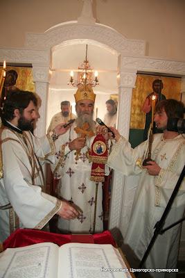 МИТРОПОЛИТ АМФИЛОХИЈЕ СЛУЖИО У ЦРКВИ СВЕТОГ ЈОВАНА КРСТИТЕЉА У ЂУРМАНИМА КОД СУТОМОРА