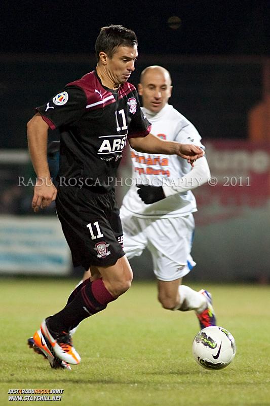 Daniel Pancu de la Rapid se dueleaza cu Robert Ilyes de la FCM in timpul meciului dintre FCM Tirgu Mures si FC Rapid Bucuresti din cadrul etapei a XIII-a a Ligii Profesioniste de Fotbal, disputat luni, 7 noiembrie 2011, pe stadionul Transil din Tirgu Mures.