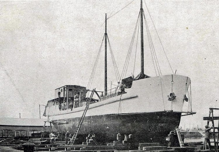 El MIROTRES en el dique flotante y deponente de Barcelona. Memoria del Puerto de Barcelona, Año. 1.918-1.919.jpg