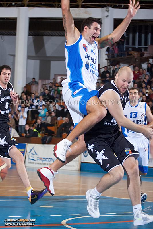 Virgil Stanescu se apara la Mihai Silvasan in timpul  partidei dintre BC Mures Tirgu Mures si U Mobitelco Cluj-Napoca din cadrul etapei a sasea la baschet masculin, disputat in data de 3 noiembrie 2011 in Sala Sporturilor din Tirgu Mures.