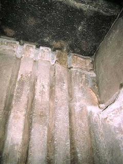 направляющие каналы на стенке предкамеры это вертикальные   пазы, пирамида хеопса