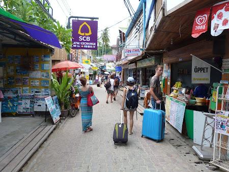 Imagini Phi Phi: backpackeri cu rollere