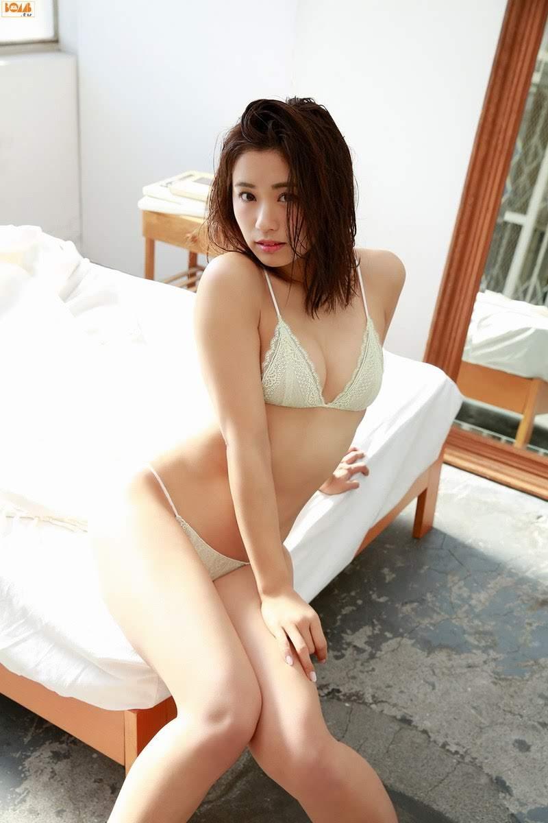 [Bomb.tv] 2017.02 Hitomi Yasueda 安枝瞳 [90P/83MB]