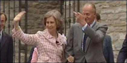 Juan Carlos giving a finger