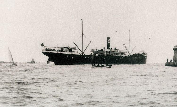 Año 1907 o 1908. El VALBANERA zarpando de Barcelona. Notese el puente sin modificar. Del libro El Misterio del VALBANERA.jpg