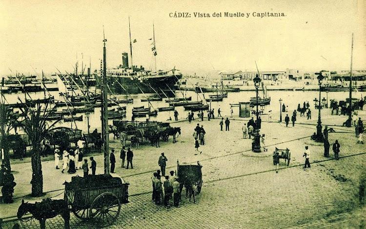 Puerto de Cádiz. Vista del muelle y la capitanía. Atracado a muelle uno de los vapores estudiados. Fecha indeterminada. Postal.JPG