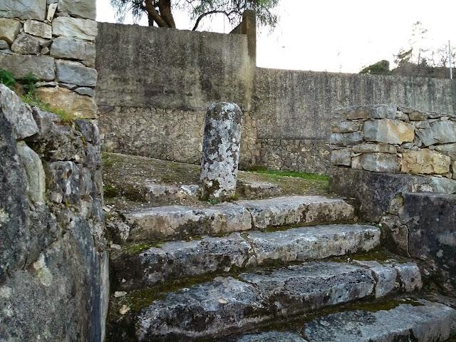 Escadas para a fonte