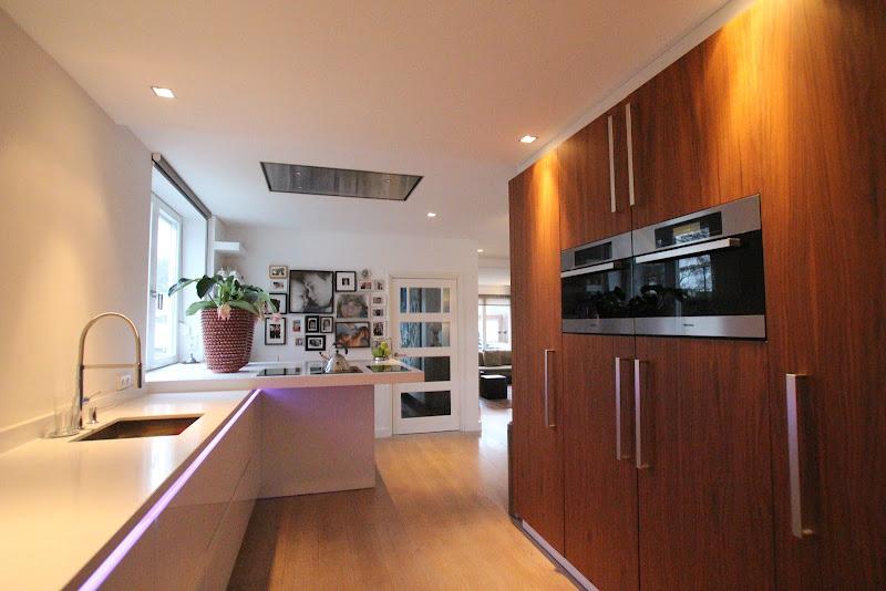 Keuken wit hoogglans en notenhouten fronten