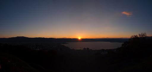 [写真]諏訪湖に沈む夕日(パノラマ)