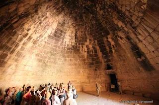 вид подземного купола гробницы агамемнона или сокровищницы атрея