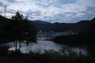 彩り岬の展望台よりダム湖側の堤体を望む