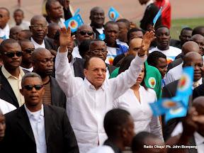 Au centre (chemise blanche), Léon Kengo Wa Dondo  saluant le publique ce 24/07/2011 au stade des martyrs à Kinshasa, lors de la sortie officielle de son parti politique UFC. Radio Okapi/ Ph. John Bompengo.