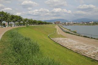 西側堤体より北側堤体を望む