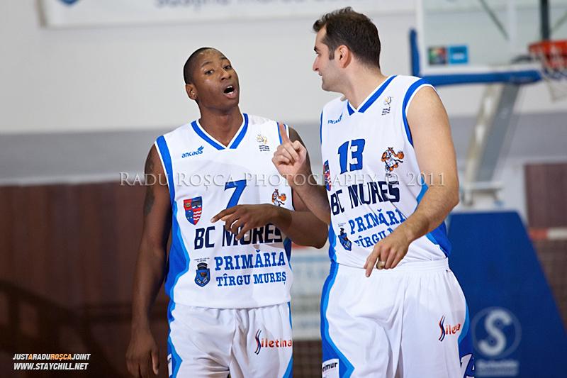 Calvin Watson si Flavius Lapuste in timpul  partidei dintre BC Mures Tirgu Mures si U Mobitelco Cluj-Napoca din cadrul etapei a sasea la baschet masculin, disputat in data de 3 noiembrie 2011 in Sala Sporturilor din Tirgu Mures.