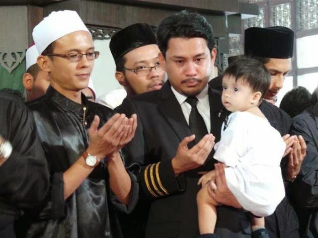Sayu Anak Lelaki Ahmad Hakimi Sertai Solat Jenazah Bapa 3 Gambar