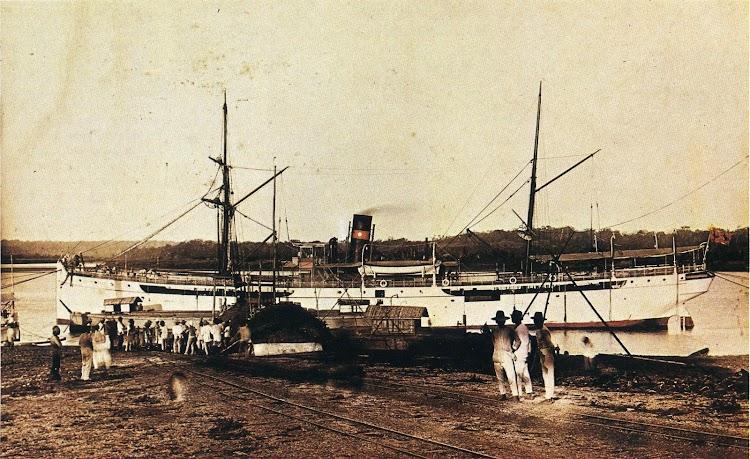 Foto del vapor ISIDORO PONS, posiblemente en los muelles de Lal-Loc. Del libro LA COMPAÑÍA GENERAL DE TABACOS DE FILIPINAS. 1881-1981.jpg