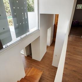 interior-casa-revestimiento-suelo-madera