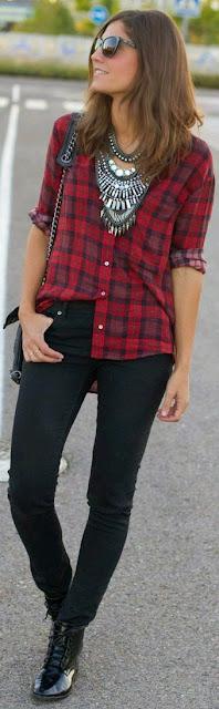 Camisa plaid com jeans pretos e colar statement