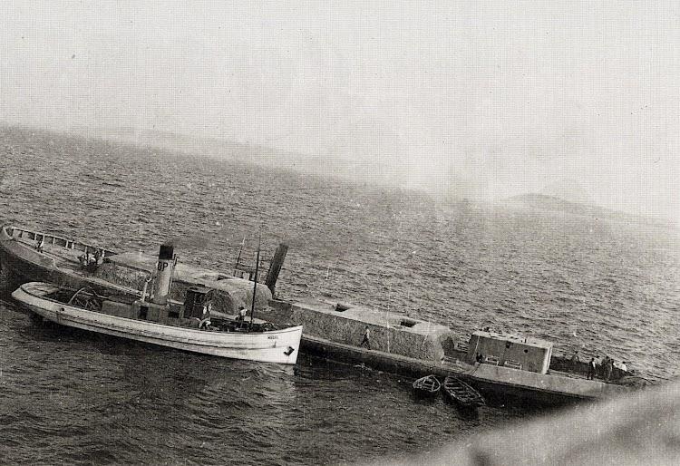 Ca. 1930. Los remolcadores MUSEL y PIRAT llevando una gabarra de hormigón a su posición para hundirla. Del libro Gijón Visión y Memoria Portuaria.JPG