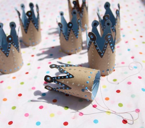 coronas de año nuevo con rollos de papel