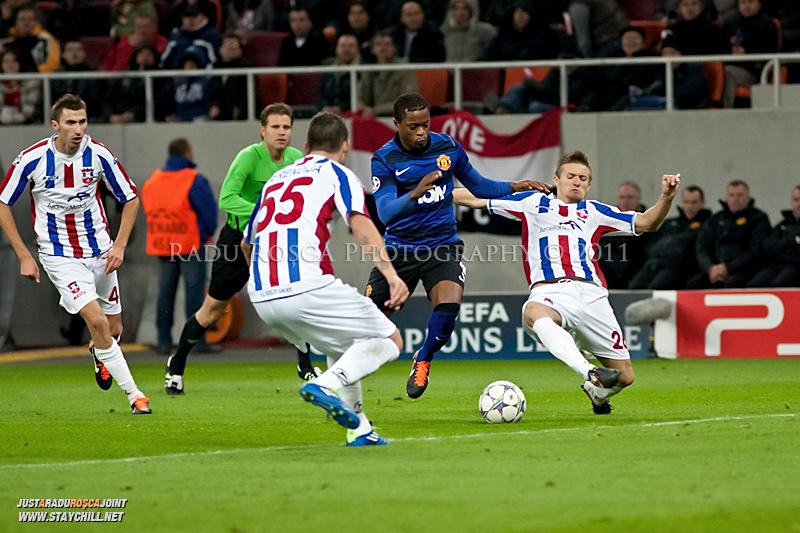 Patrice Evra (albastru) incearca sa treaca de Ionut Neagu (26) in timpul meciului dintre FC Otelul Galati si Manchester United din cadrul UEFA Champions League disputat marti, 18 octombrie 2011 pe Arena Nationala din Bucuresti.