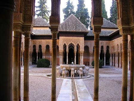 02. Curtea Leilor - Palatul Alhambra Granada, Spania.JPG
