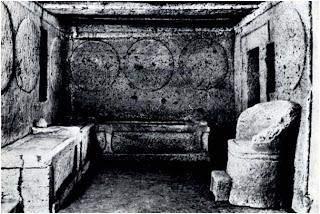 вестибюль трехкамерного усилителя в этрусской гробнице щитов и кресел