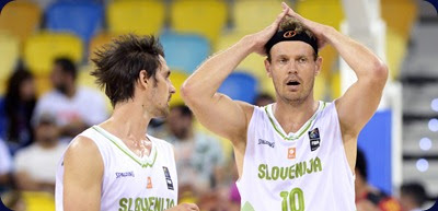Slovenia's centre Miha Zupan (R) reacts next to Slovenia's guard Domen Lorbek during the 2014 FIBA World basketball championships group D match Slovenia vs Angola at the Gran Canaria Arena in Gran Canaria on September 3, 2014.   AFP PHOTO / GERARD JULIEN