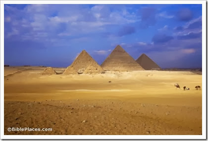 Three great pyramids with smaller pyramids of queens, tbs89289701