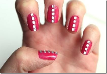 juego de uñas en color rojo con piedra blanca muy elegantes
