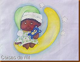 menino negro com pijama e ursinho sentado na lua
