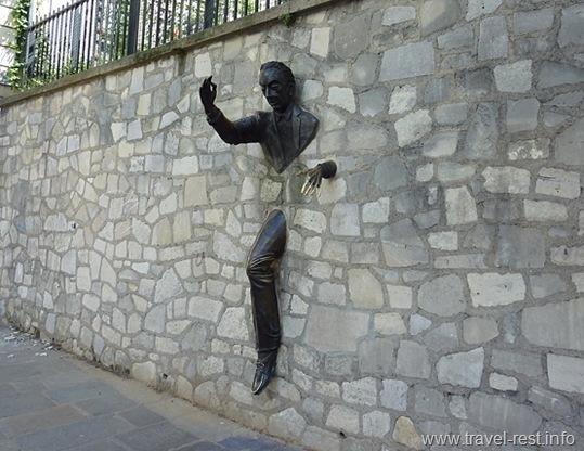Проходящий сквозь стену