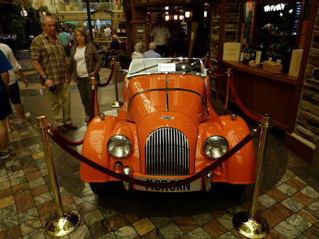 Croziera pe Mediterana: Masina vintage pe Royal Promenade