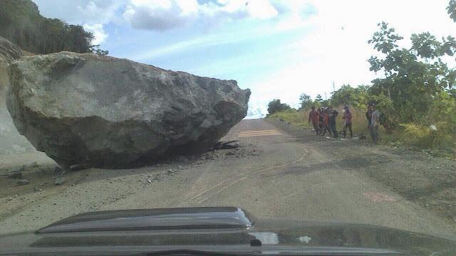 batu besar di tengah jalanraya