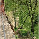 steiler Gang an der Außenmauer der Burg