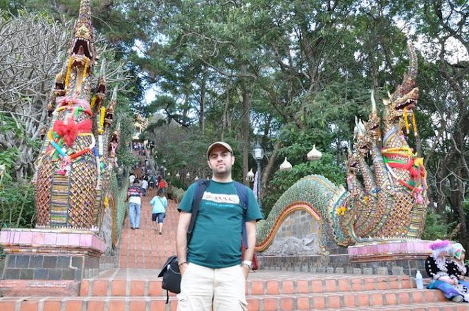 Imagini Thailanda: Eu in fata scarii care urca la Templul Doi Suthep, Chiang Mai, Thailanda